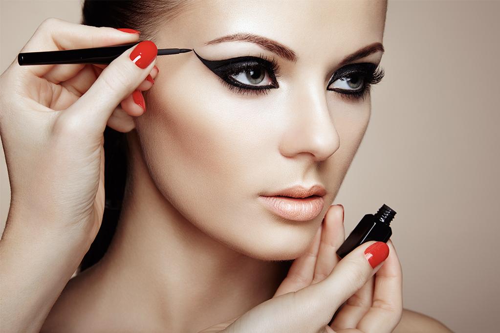 Eye Liner Statement Makeup - Nude Lips - Beige Teint